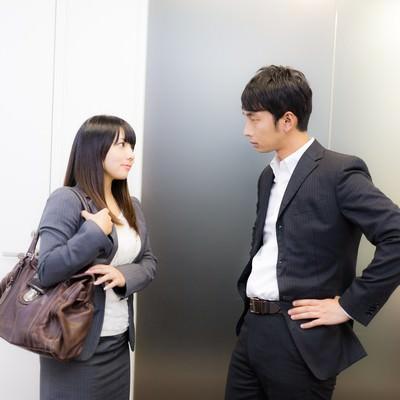 「営業帰り上司に結果を報告する女性社員」の写真素材