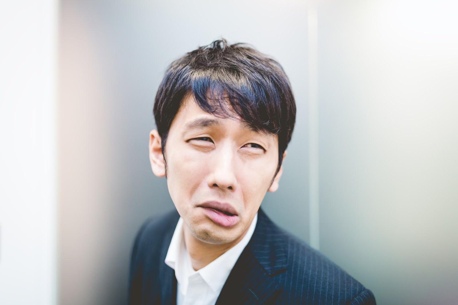 「「だめだこりゃ」と顔をゆがめるリーダー」の写真[モデル:大川竜弥]