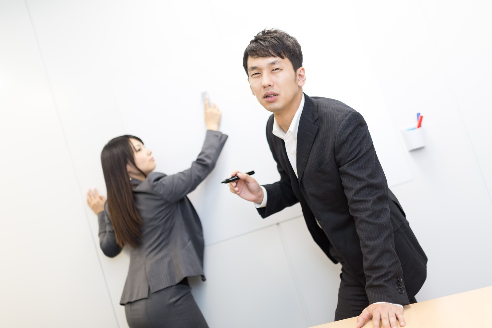 「熱意のこもったプレゼンをデリートされうなだれるビジネスマン」の写真[モデル:大川竜弥 Lala]