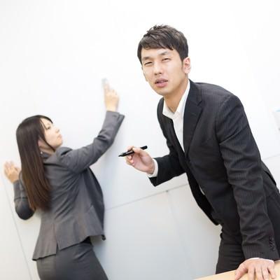 「熱意のこもったプレゼンをデリートされうなだれるビジネスマン」の写真素材