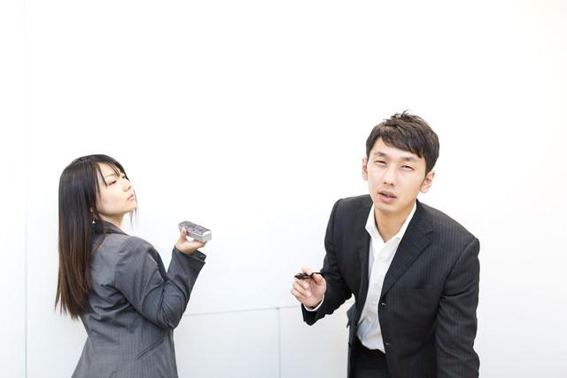「アンタのプレゼン全然ダメ!」と上司に指摘される新入社員の写真
