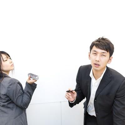 「「アンタのプレゼン全然ダメ!」と上司に指摘される新入社員」の写真素材