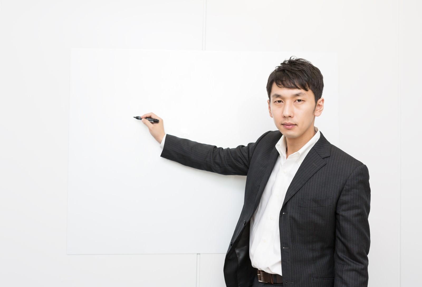 「ホワイトボードを使ってプレゼンするホワイト企業の社員ホワイトボードを使ってプレゼンするホワイト企業の社員」[モデル:大川竜弥]のフリー写真素材を拡大