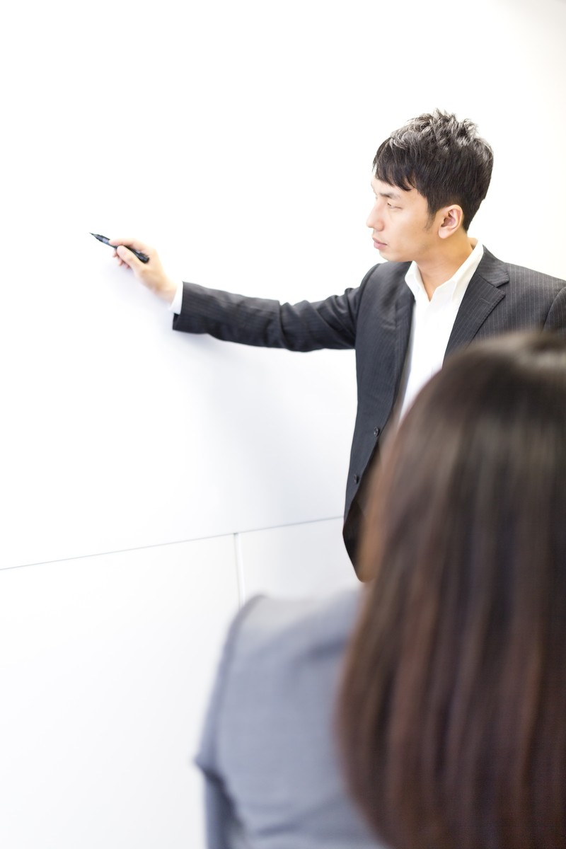 「社運をかけたプレゼンにペンを持つ手が震えるビジネスパーソン」の写真[モデル:大川竜弥 Lala]