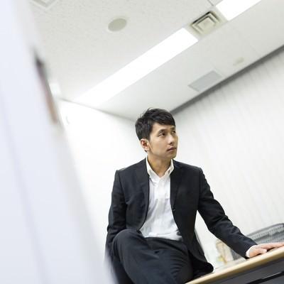 「会議室で部下のミスを執拗に責め立てる上司」の写真素材