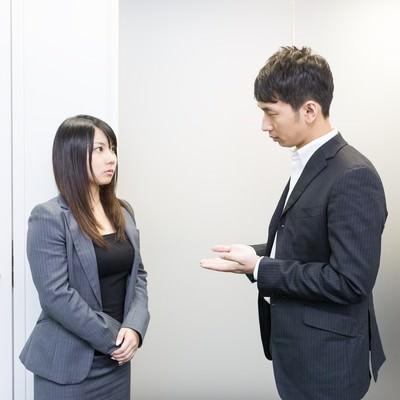 「スタンディング会議中の上司と部下」の写真素材