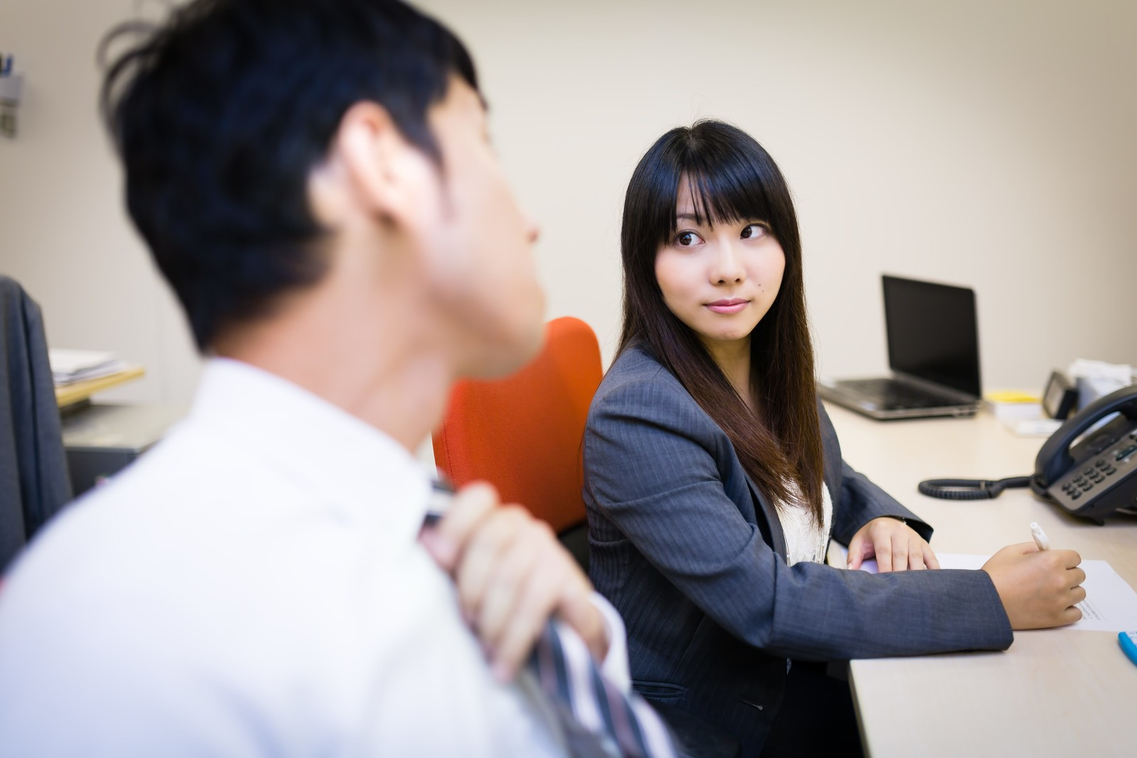 「気になる先輩の横顔を見つめる女性と気付きネクタイを締め直す上司」[モデル:大川竜弥 Lala]