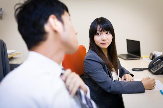 気になる先輩の横顔を見つめる女性と気付きネクタイを締め直す上司の写真