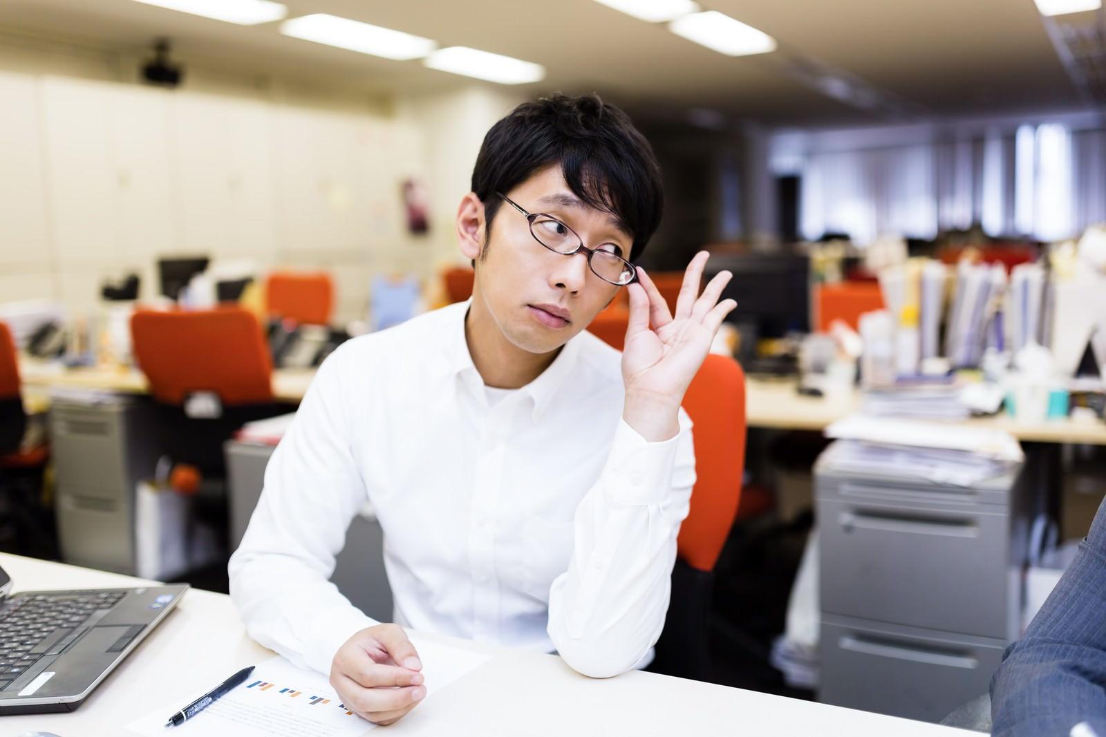 「部下のミスをねちねちと指摘する姑のような上司」の写真[モデル:大川竜弥]