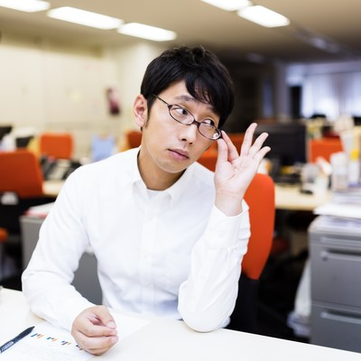 「部下のミスをねちねちと指摘する姑のような上司」の写真素材