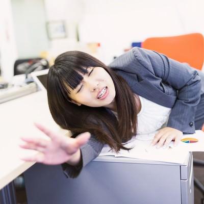「ランチタイムなのに仕事が終わらず同僚に置いて行かれる放置民」の写真素材