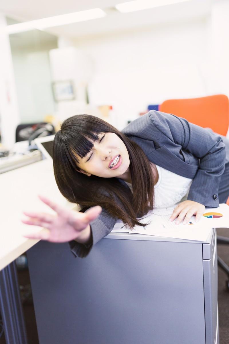「ランチタイムなのに仕事が終わらず同僚に置いて行かれる放置民」の写真[モデル:Lala]