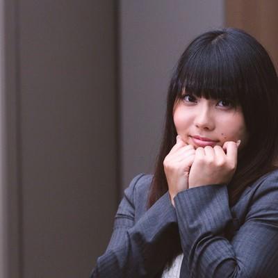 「胸キュンするピーカーブースタイルの女性会社員」の写真素材