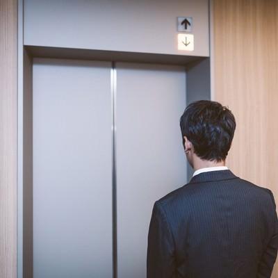 「エレベーターも給料も下降中」の写真素材
