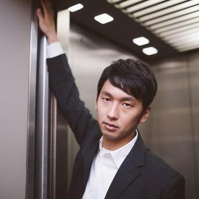 「「私、何階に行くと思います?」と難解なクイズを出す若き経営者」の写真素材