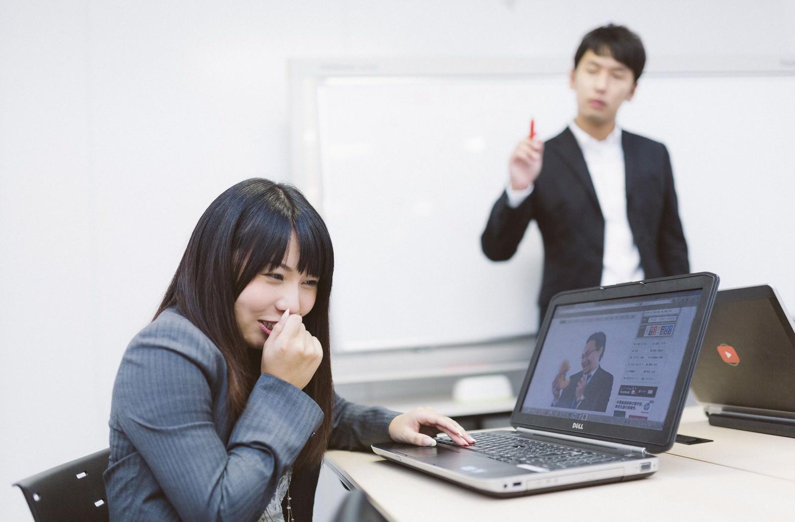 「会議中、業務に無関係なサイトを閲覧する意識低い系社員会議中、業務に無関係なサイトを閲覧する意識低い系社員」[モデル:大川竜弥 Lala]のフリー写真素材