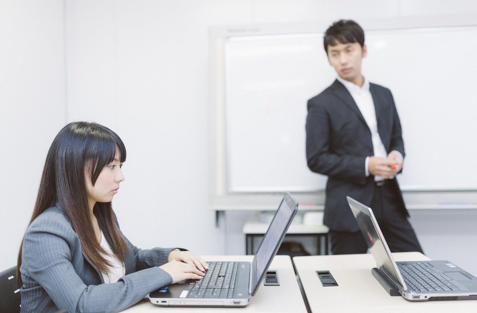 「アフター5、パソコン教室に通う新入社員」の写真[モデル:大川竜弥 Lala]