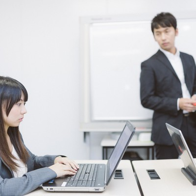 「アフター5、パソコン教室に通う新入社員」の写真素材