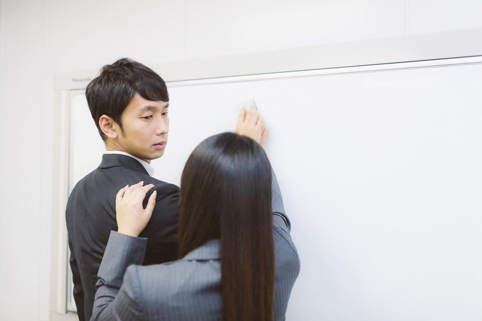 「会議中しれっと逆セクハラをする女性社員」の写真[モデル:大川竜弥 Lala]