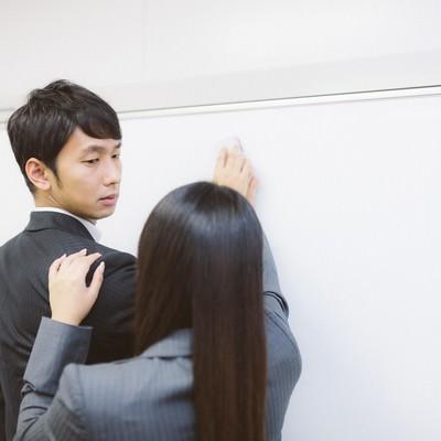 「会議中しれっと逆セクハラをする女性社員」の写真素材