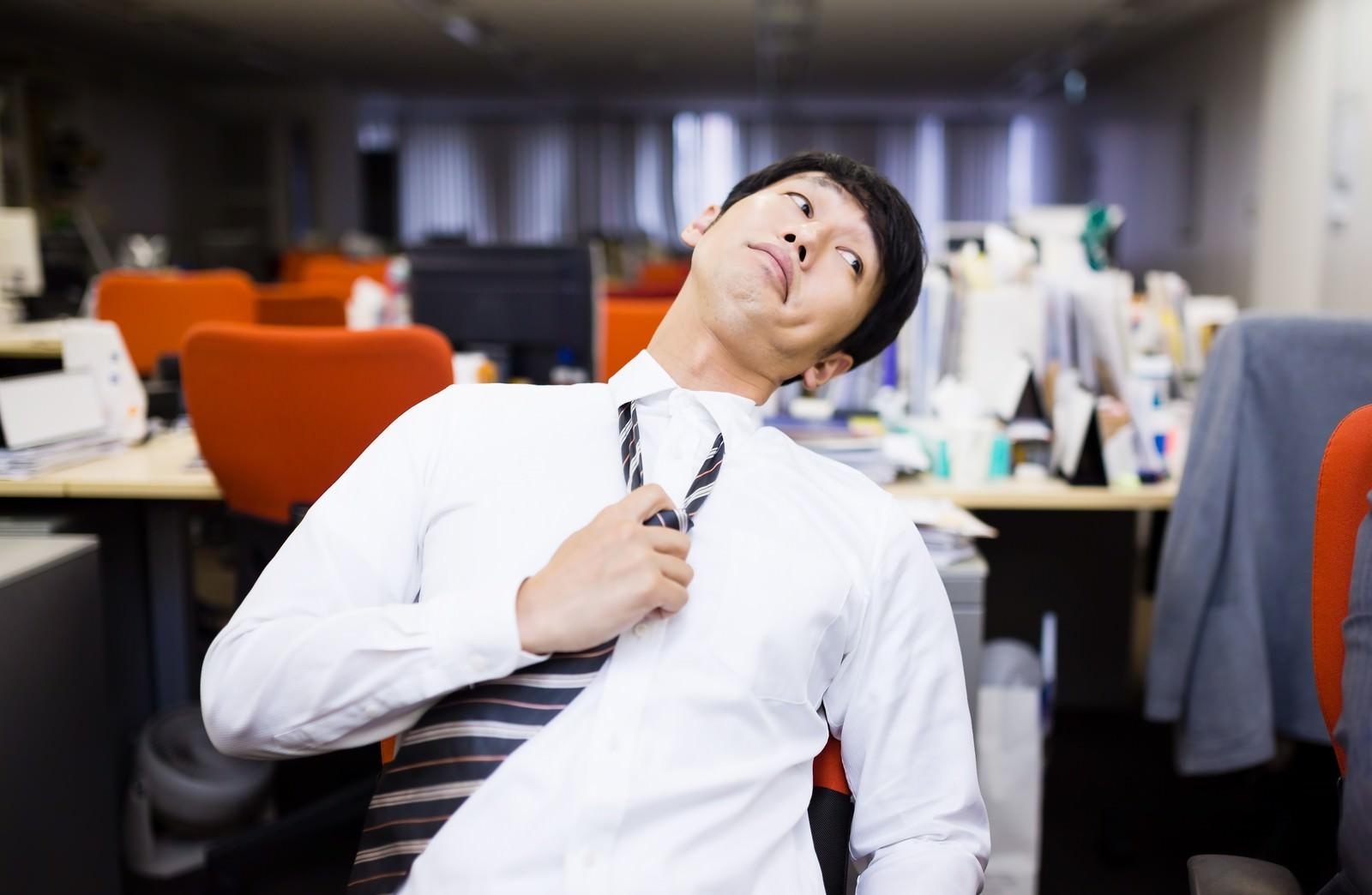 「「残業するオレ、カッコイイ!」とドヤ顔をする意識高い系社畜「残業するオレ、カッコイイ!」とドヤ顔をする意識高い系社畜」[モデル:大川竜弥]のフリー写真素材を拡大