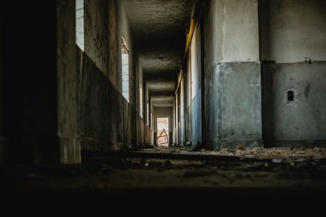 廃宿舎の通路の写真