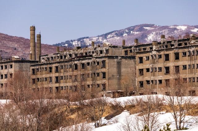 建ち並ぶ廃宿舎群(松尾鉱山)の写真