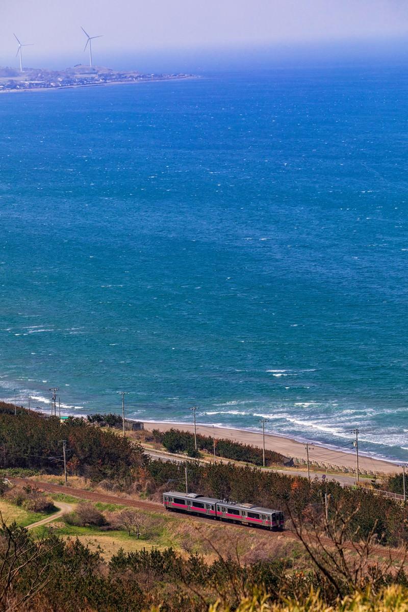 「春がすみの日本海をゆく羽越線春がすみの日本海をゆく羽越線」のフリー写真素材を拡大