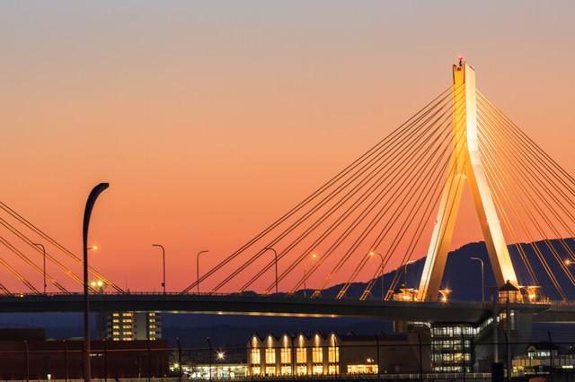 青森ベイブリッジと夕暮れの写真