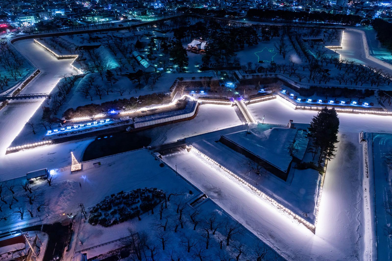 「ライトアップされた積雪の五稜郭」の写真