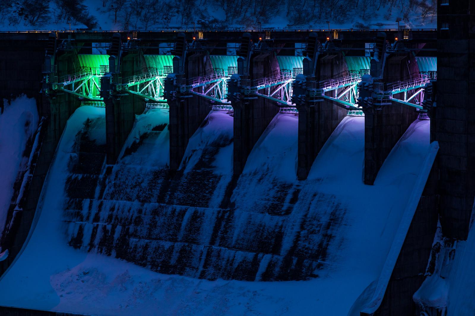 「ライトアップされた冬の堰堤(ダム)」の写真