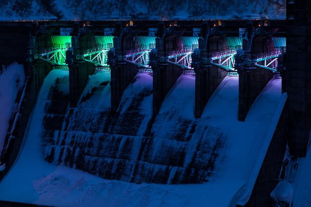 ライトアップされた冬の堰堤(ダム)の写真