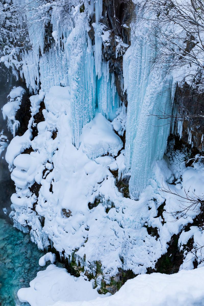 「厳冬期の凍った白ひげの滝」の写真