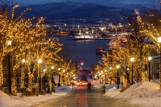 ライトアップされた函館八幡坂から見る港の写真