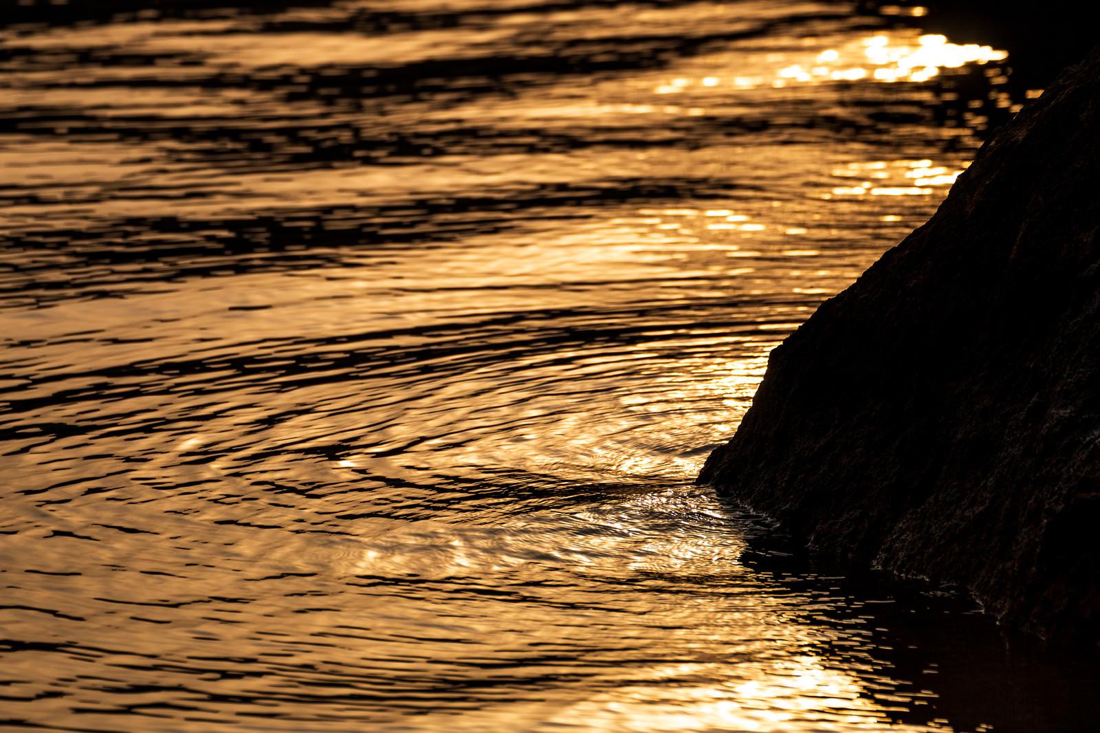 「夕焼け色に染まる湖面の波紋」の写真