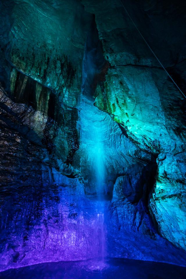 ライトアップされた滝観洞の滝の写真