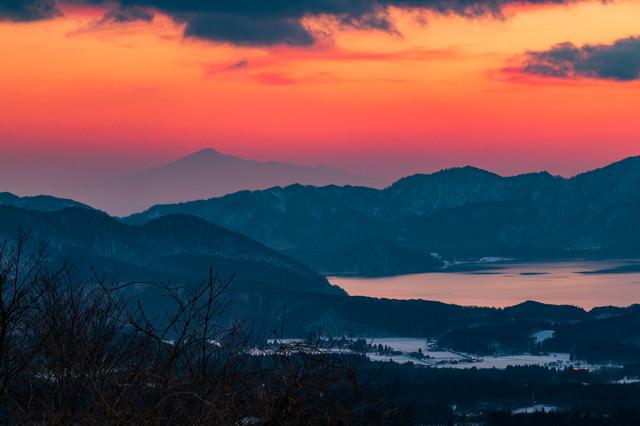 田沢湖と鳥海山の夕焼けの写真