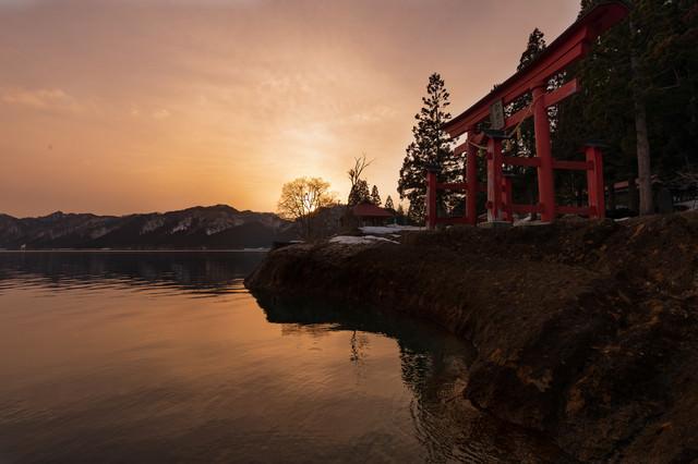 静寂に包まれる御座石神社の夕景(田沢湖)の写真