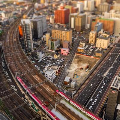 ジオラマ風仙台を通過する新幹線(こまち)の写真