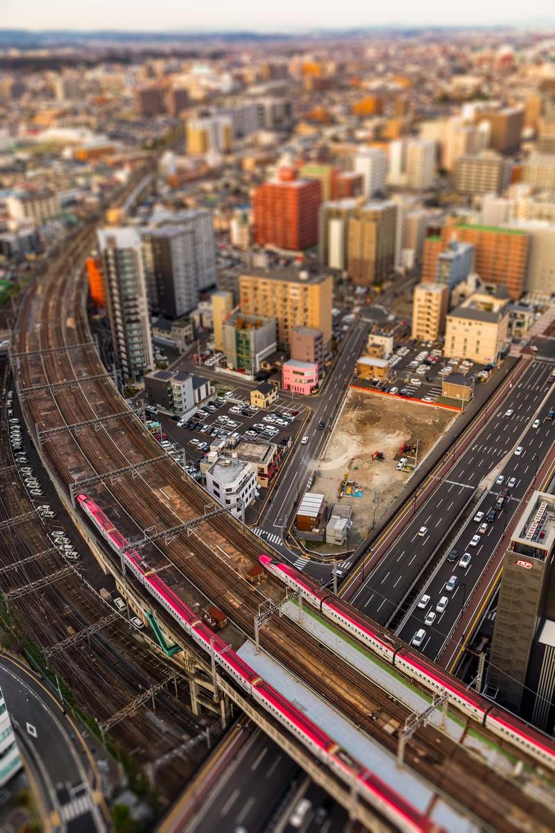 「ジオラマ風仙台を通過する新幹線(こまち)」の写真