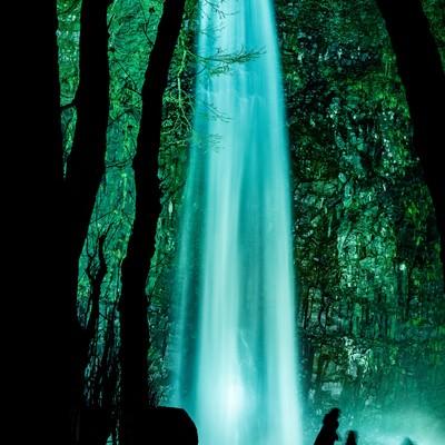 ライトアップされた玉簾の滝(山形県)の写真