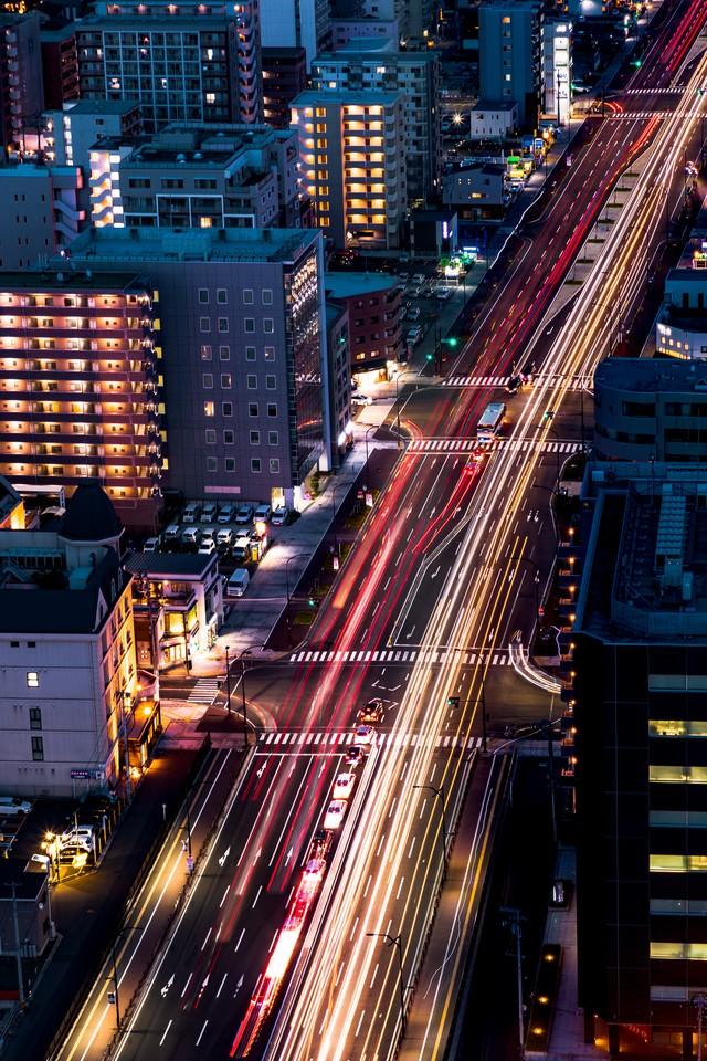 道路に残る車の光跡(仙台)の写真
