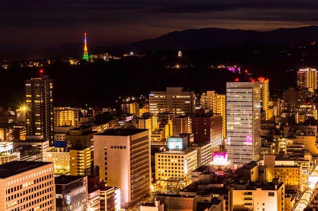 仙台の夜の街並みの写真