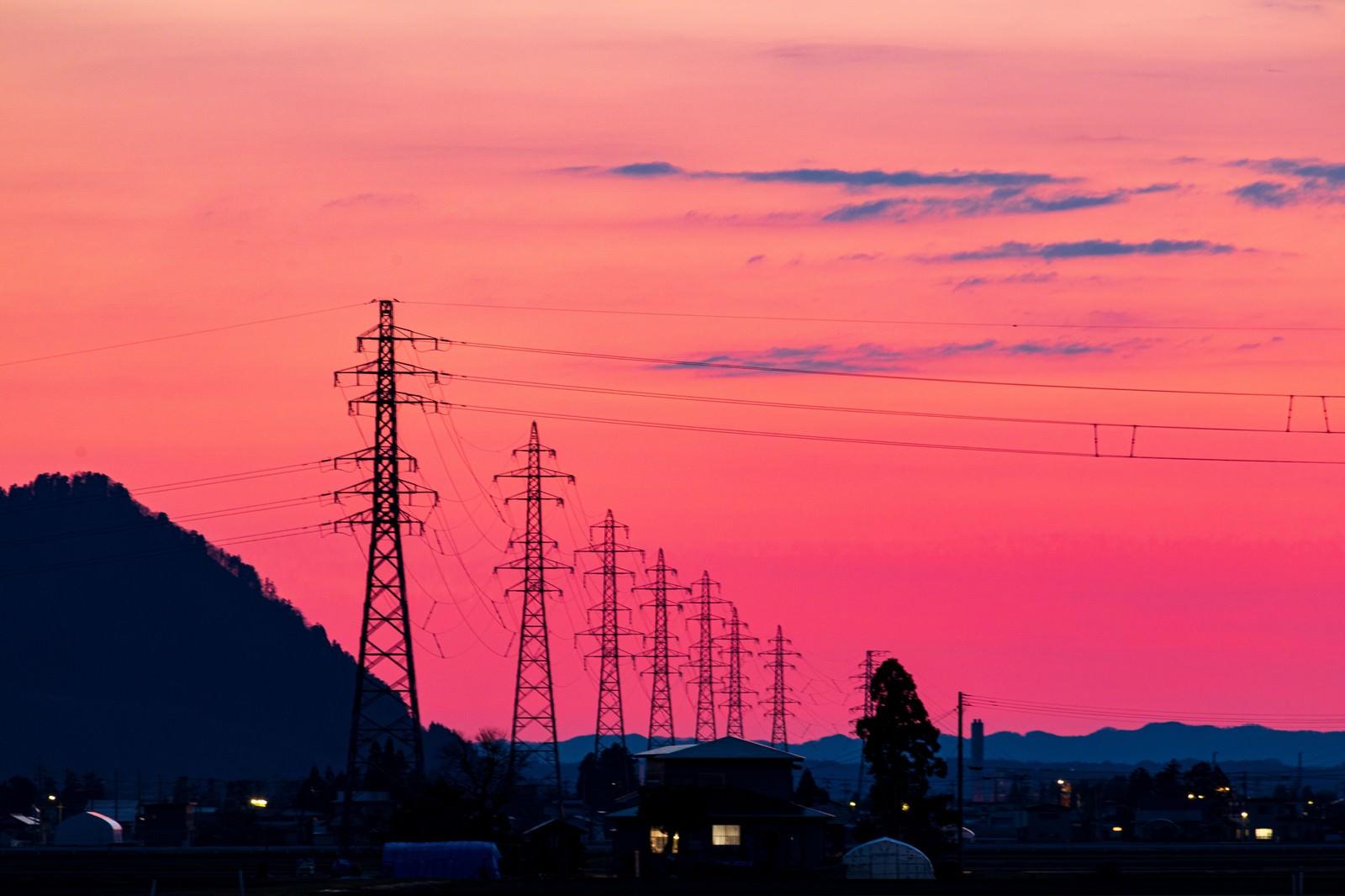 「夕暮れの焼けた空と鉄塔」の写真