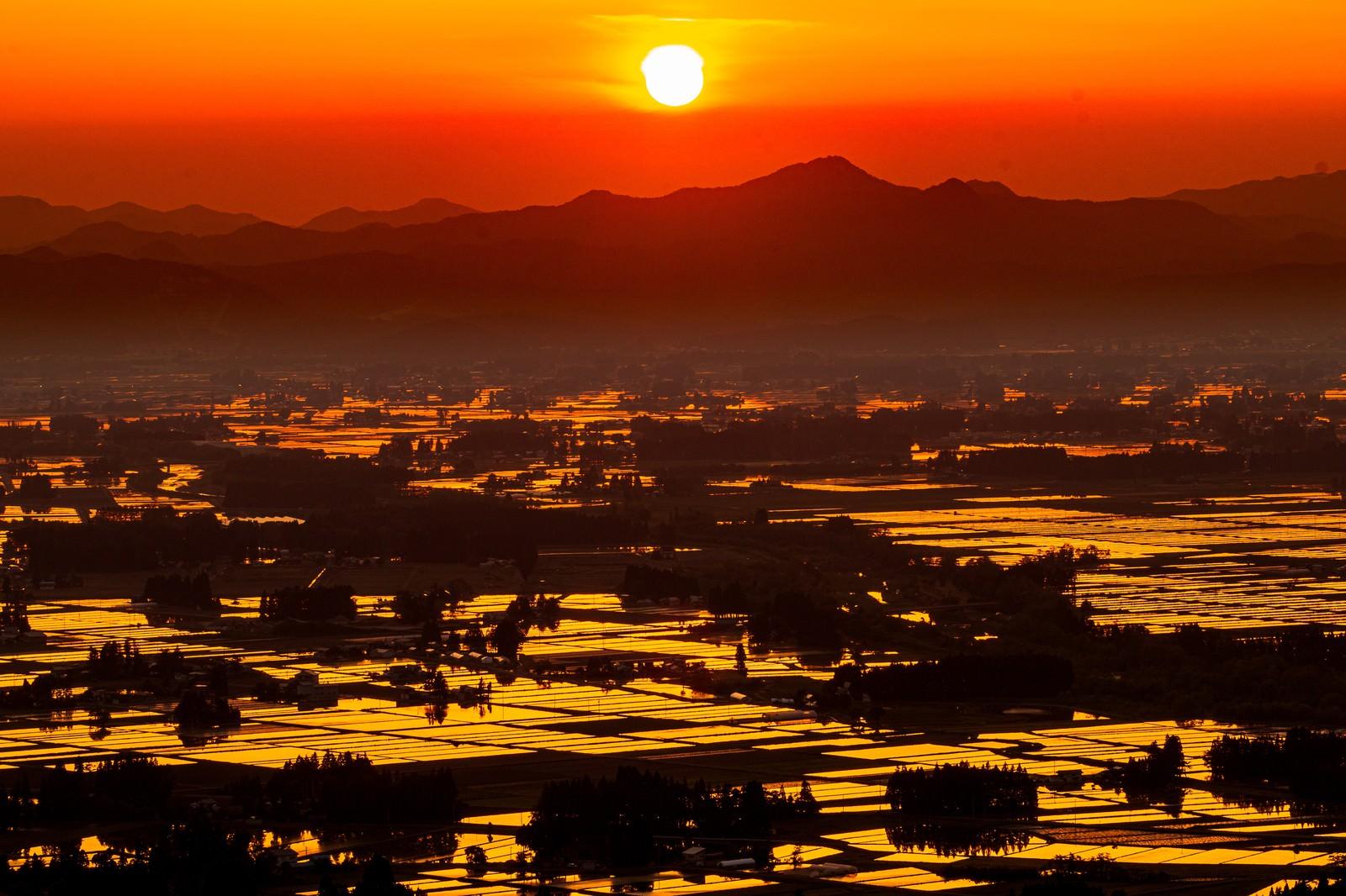 「夕日に染まるの田園風景」の写真