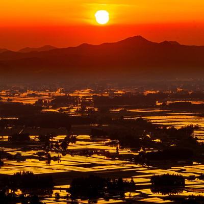 夕日に染まるの田園風景の写真