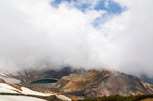 雲湧き立つカルデラ湖の写真