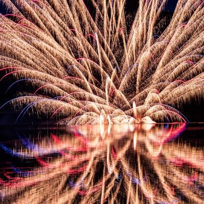 錦秋湖湖水まつりの水上花火の写真