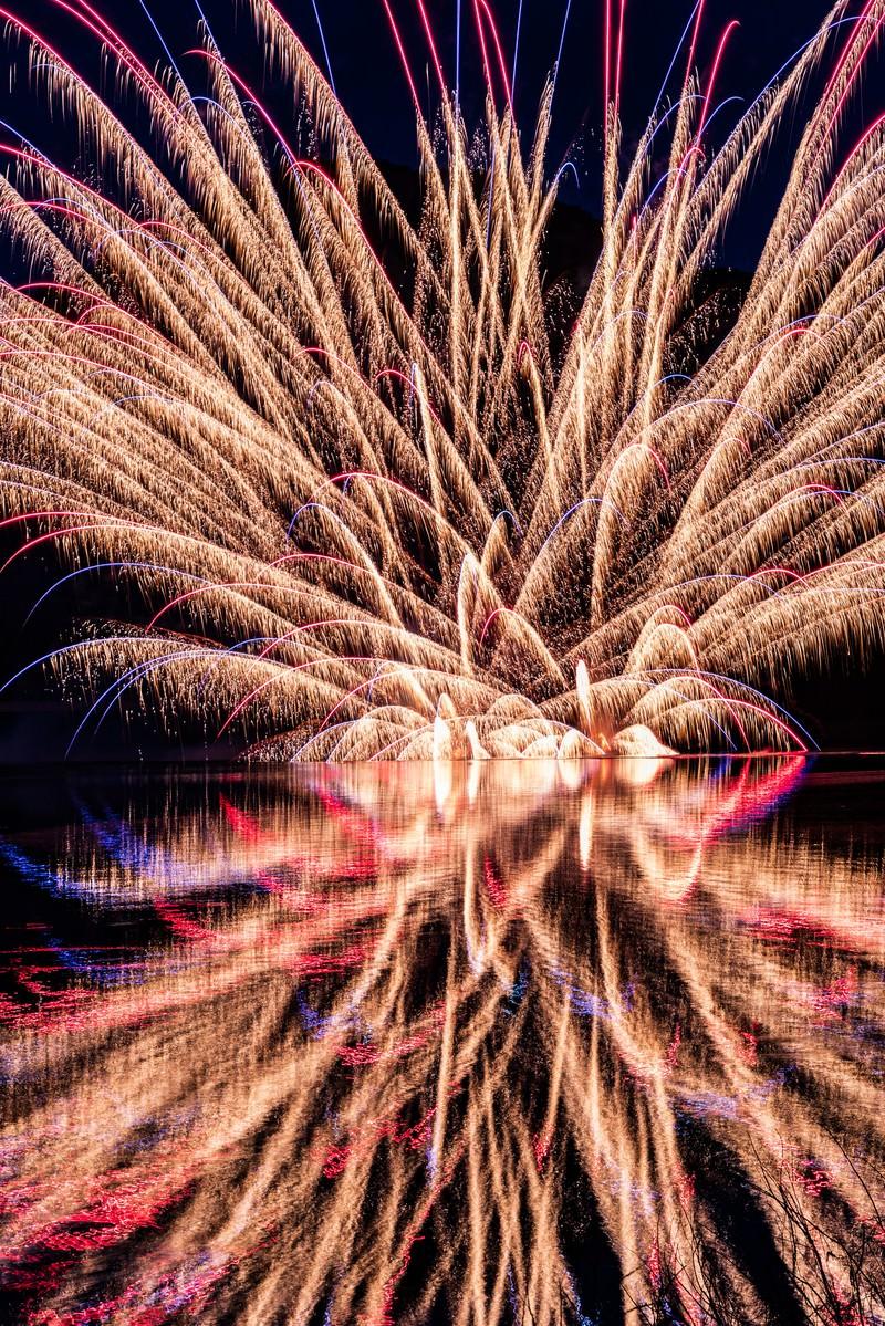 「錦秋湖湖水まつりの水上花火」の写真