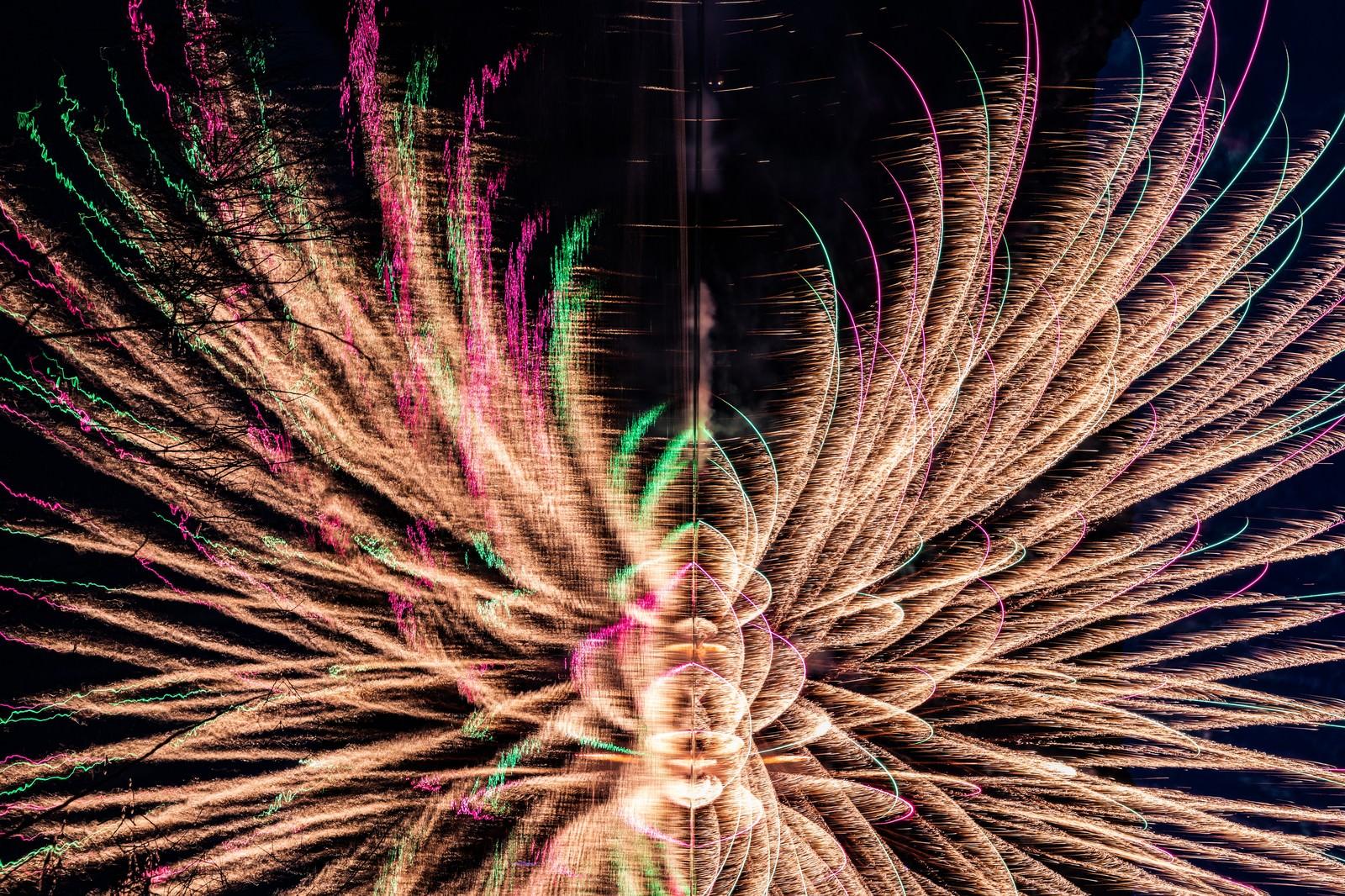 「湖面に映る花火を横から見た光跡(錦秋湖湖水まつり)」の写真